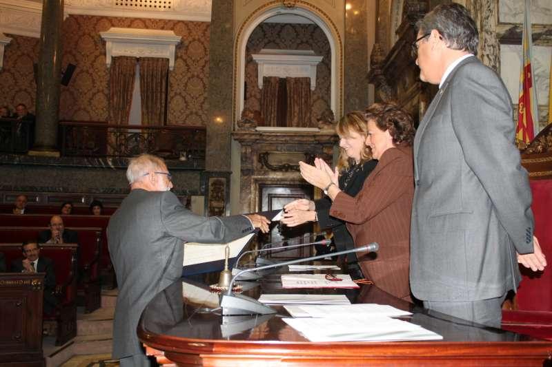 El Doctor Mir recibiendo el galardón de manos de la entonces alcaldesa de Valencia, Rita Barberá. FOTO EPDA