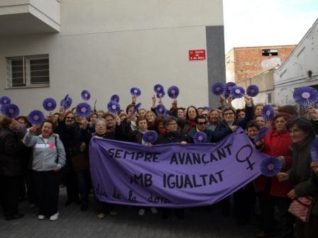 Mujeres de Benetússer durante el acto de inauguración de la calle 8 de marzo.