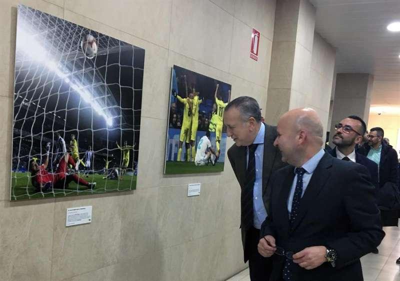Fernando Roig en la exposición fotográfica que repasa los veinte primeros años del club en Primera División. EFE/ Domenech Castelló