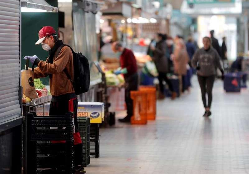 Vista general del pasillo central del Mercado Central durante estado de alarma decretado por el Gobierno por la crisis sanitaria del coronavirus. EFE/Kai Försterling/Archivo