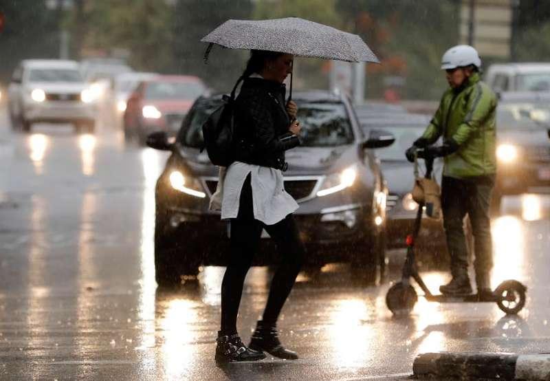 Lluvia a primeras horas del día en la ciudad de València. EFE/Juan Carlos Cárdenas/Archivo