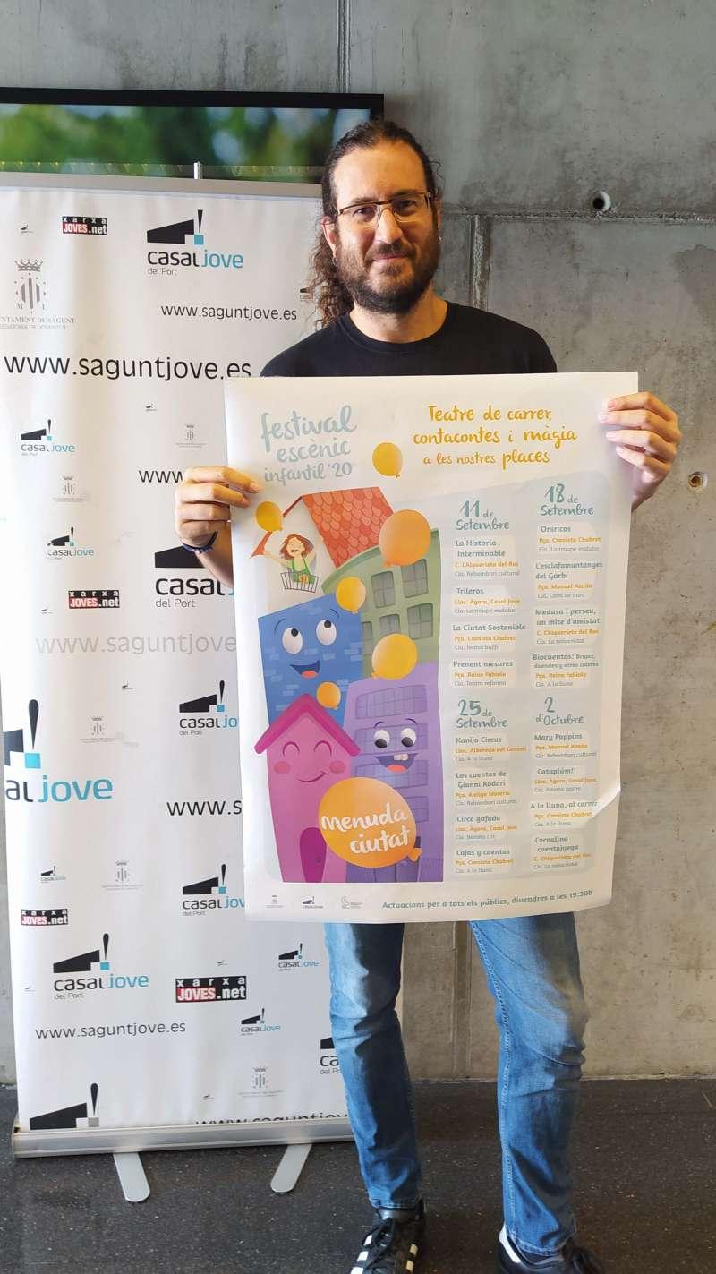 Guillermo Sampedro con el cartel del festival.