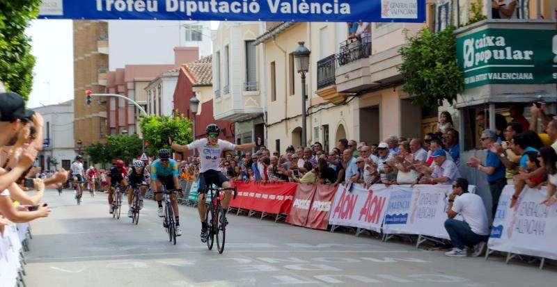 El británico Simon Car se lleva la Vuelta y Alejandro Gómiz se adjudica la etapa final Alejandro Muñíz entra en meta para adudicarse la etapa final de la Vuelta a valencia, en una imagen facilitada por la organización. EFE