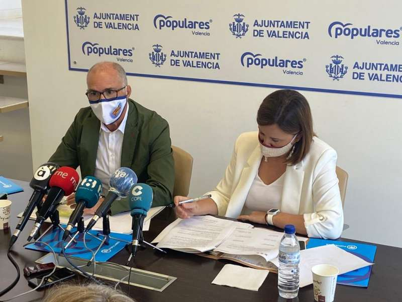 La portavoz del PP, María José Catalá, junto al senador del PP, Fernando de Rosa. EPDA
