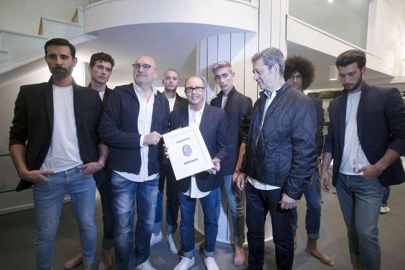 Alfredo Esteve entrega a Josep Lozano y Lluís Nadal la imagen corporativa que realizaron para la firma hace 25 anos.
