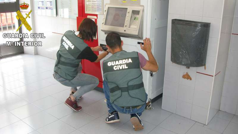 Guardias Civiles investigando en un cajero automático