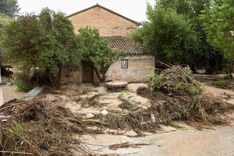 Una casa de campo en la localidad valenciana de Ontinyent, donde ayer se desbordó el río Clariano por los efectos de la gota fría que afecta a la zona. EFE/Natxo Francés