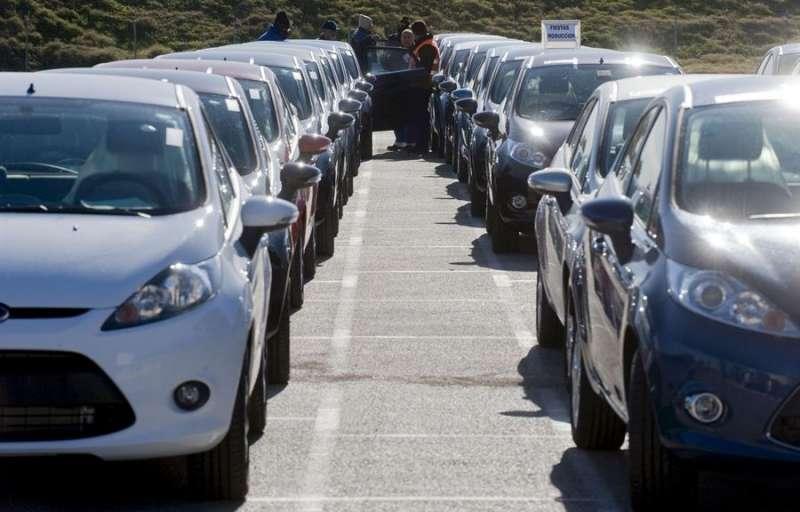 Varios operarios revisan vehículos salidos por la línea de montaje de la factoría Ford de Almussafes. EFE