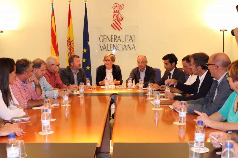 La consellera de Vivienda, Obras Públicas y Vertebración del Territorio, María José Salvador, con los alcaldes de las localidades afectadas