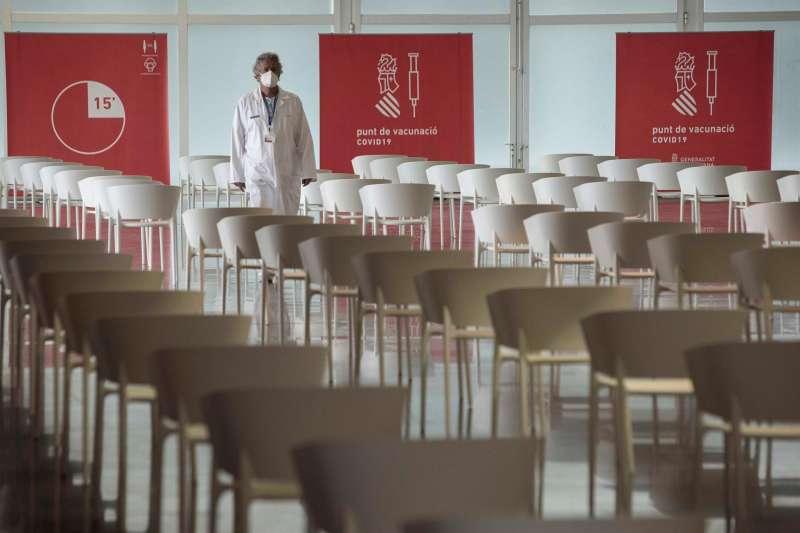 Un sanitario camina en el punto de vacunación masiva de Valencia situado en la Ciudad de las Artes y las Ciencias.