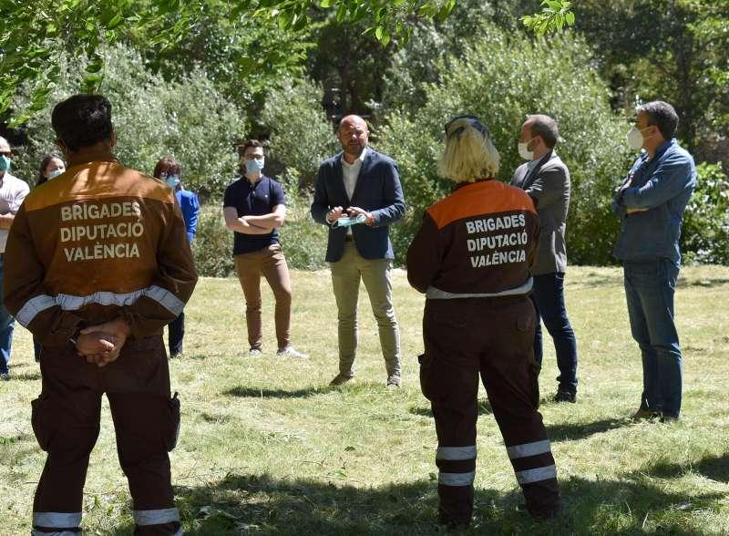 Gaspar en su visita al punto de encuentro de la brigada forestal de Tuéjar. / EPDA