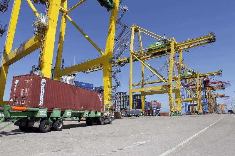 Terminal de contenedores del Puerto de Valencia. EFE/Juan Carlos Cárdenas/yv