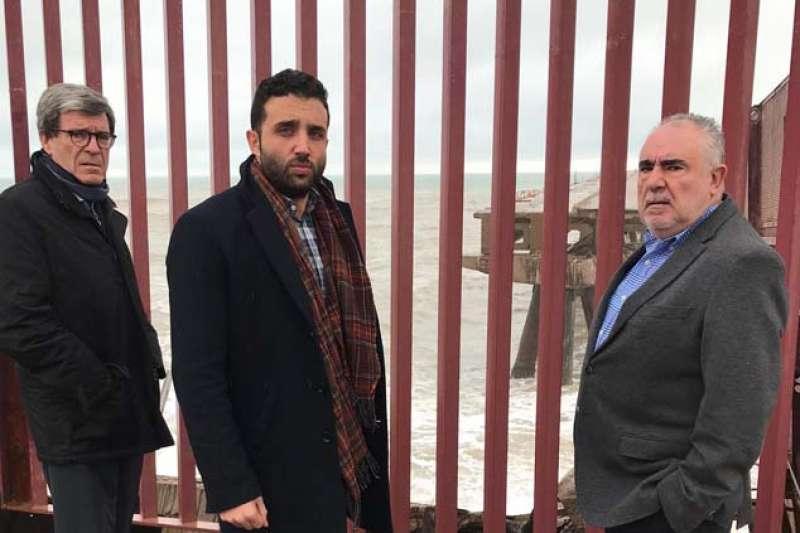 El presidente de la APV, Aurelio Martínez; el alcalde de Sagunto, Darío Moreno, y el director general de la APV, Francesc Josep Sánchez, hoy en la zona afectada del Pantalán