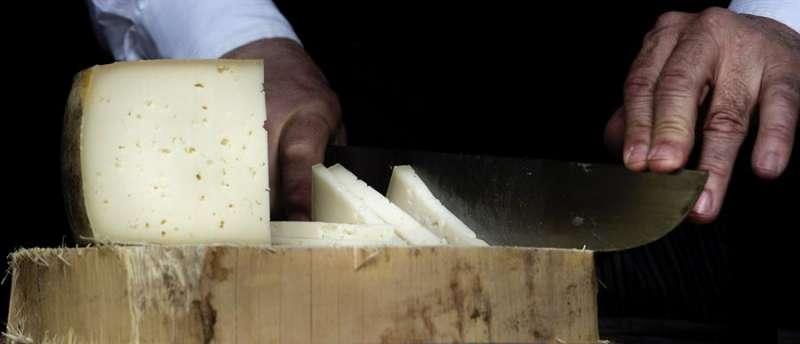 Una persona cortando queso. EFE/Archivo