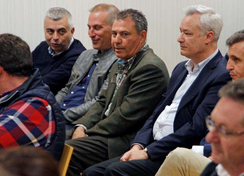 El empresario Rafael Gregory (c) conversa con algunos de los acusados al comienzo del juicio de la pieza del caso Brugal. EFE/Archivo