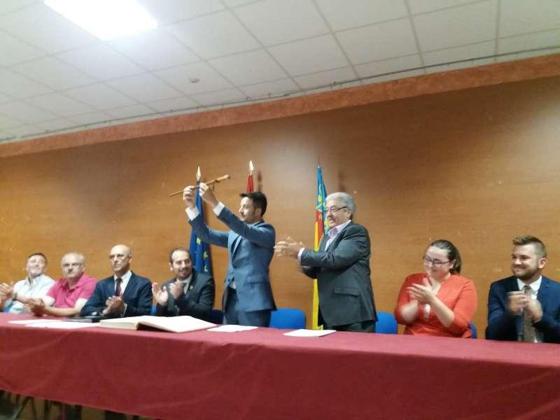 José Alfaro, en el momento de recibir la vara de mando de manos del anterior alcalde socialista. FOTO EPDA