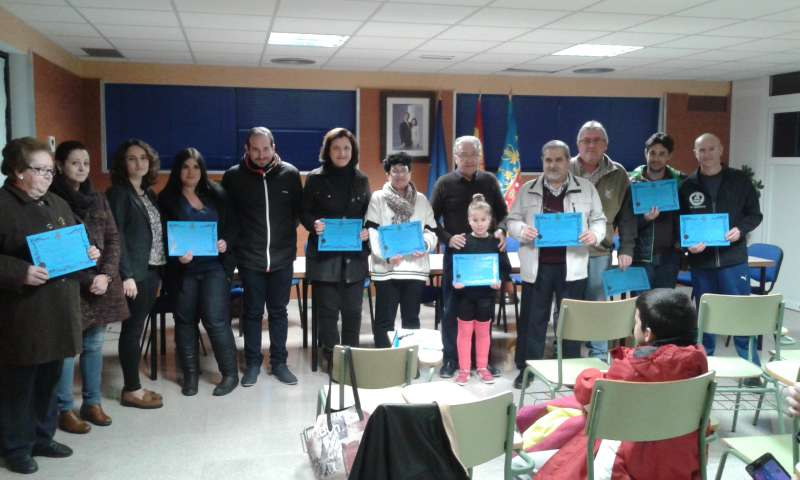 Los miembros de las asociaciones de Loriguilla en el reparto de subvenciones. //EPDA