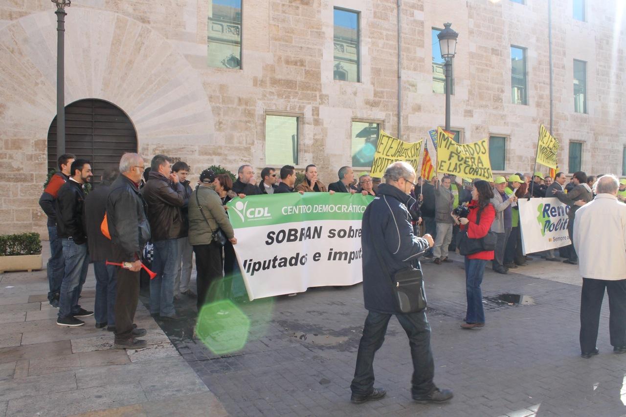Concentración frente al edifico de las Cortes Valencianas. FOTO: EPDA