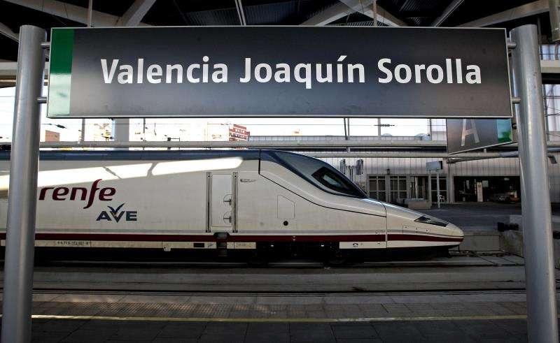 Uno de los trenes de Alta Velocidad (AVE) del trayecto València-Madrid. EFE/Archivo