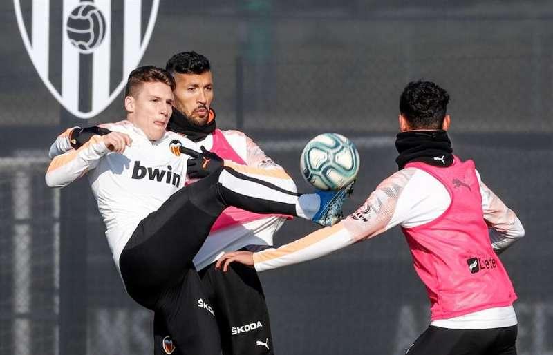 Imagen del entrenamiento del equipo este jueves, en una imagen difundida por el Valencia CF