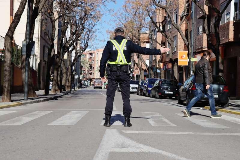 Policia redirigint el trànsit