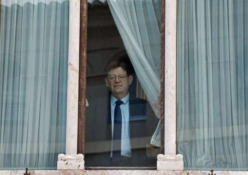El president de la Generalitat, Ximo Puig, en la ventana de su despacho del Palau, en una imagen reciente. EFE/Juan Carlos Cárdenas