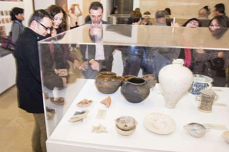 Visitantes del Castillo admirando las piezas albergadas en él. //EPDA