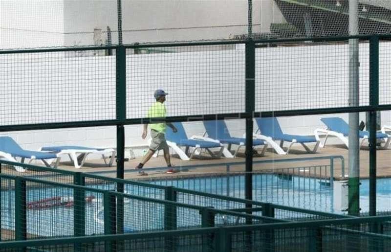 Asisten a un niño con síntomas de ahogamiento en una piscina en Finestrat Vista de una piscina.