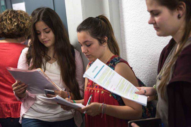 Estudiantes repasan sus apuntes momentos antes de realizar un examen. EFE/Archivo