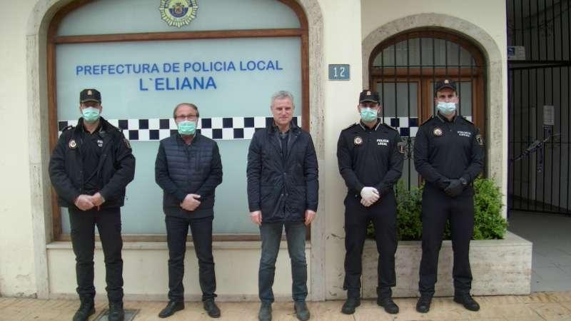 El alcalde con los nuevos agentes a los que les da la bienvenida. / EPDA