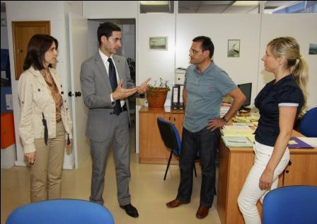 El nuevo alcalde en su toma de contacto con los funcionarios municipales. Foto EPDA