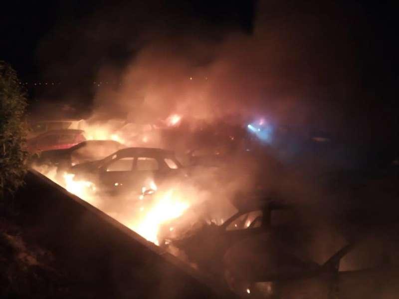Imagen del incendio en una campa de una empresa de Alicante ocurrido esta madrugada que ha calcinado 41 vehículos y ha afectado a otros nueve parcialmente. EFE/Ayuntamiento Alicante