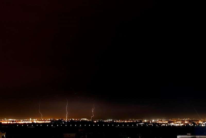 Imagen de varios rayos sobre Valencia durante la tormenta eléctrica que pasó por la ciudad el martes. EFE