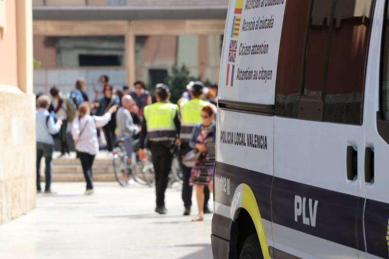 Fotografía de dos agentes publicada por la Policía Local de València en su cuenta de twitter. EFE/Policía Local