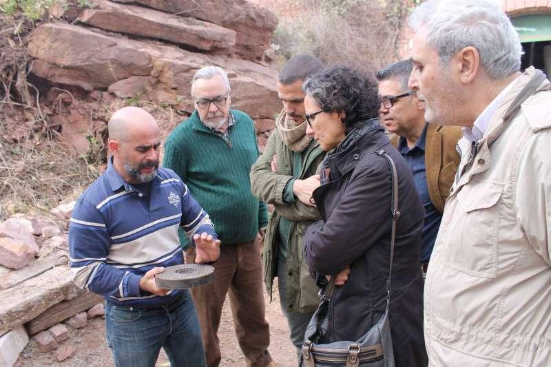 Uno de los técnicos de Serra explicando la gestión de la Biomasa a los representantes políticos. //EPDA