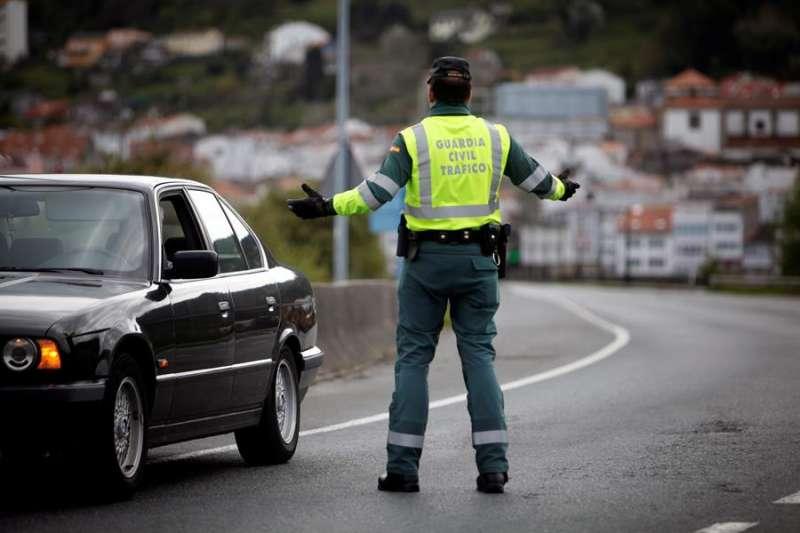 Un agente de la Guardia Civil realiza un control de tráfico con motivo del confinamiento decretado por el estado de alarma. EFE/Archivo