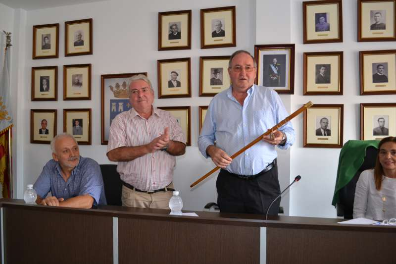 El nuevo alcalde del PP de Torres Torres con la vara de mando. EPDA