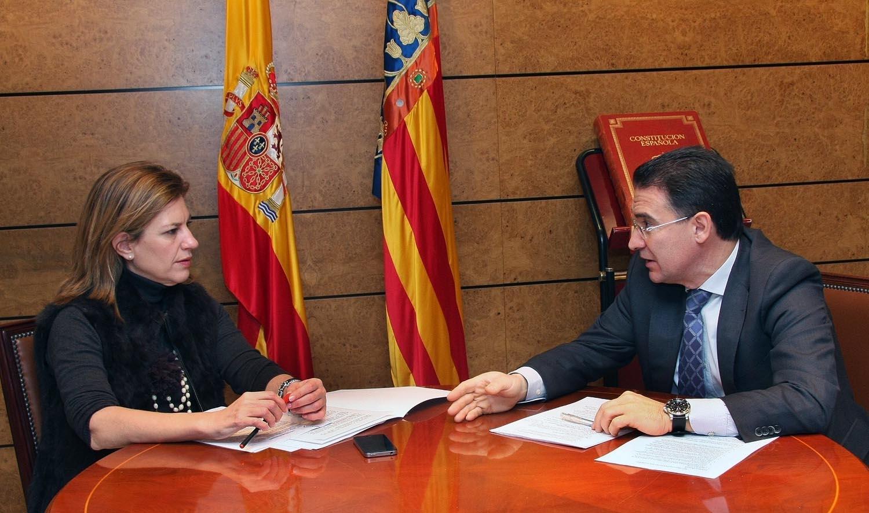 El Conseller de Gobernación, Serafín Castellano, en la reunión mantenido con la Delegada del Gobierno, Paula Sánchez de León. Foto EPDA