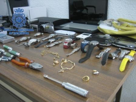 Los agentes realizaron dos registros domiciliarios en Mislata en donde intervinieron numerosas joyas, diversos relojes de gama alta y aparatos electrónicos. FOTO: EPDA
