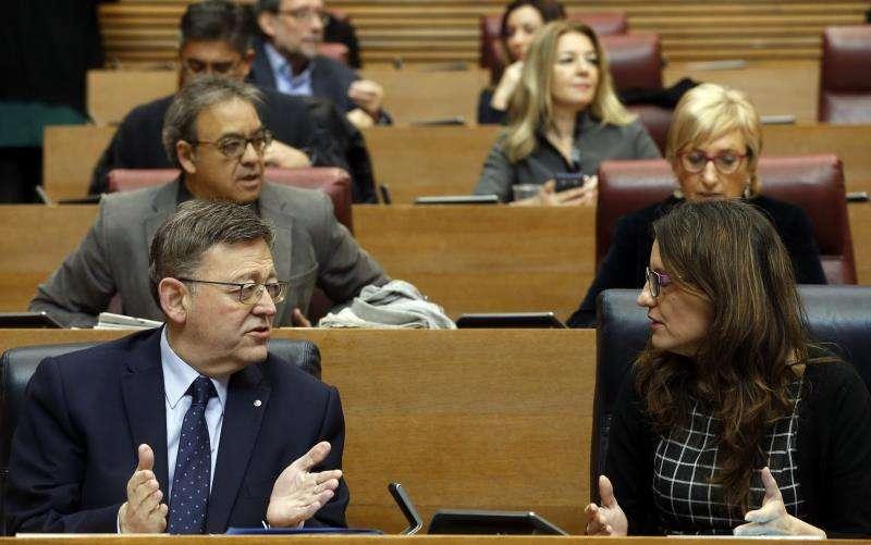 El president de la Generalitat, Ximo Puig, conversa con la vicepresidenta, Mónica Oltra,EFE/Archivo