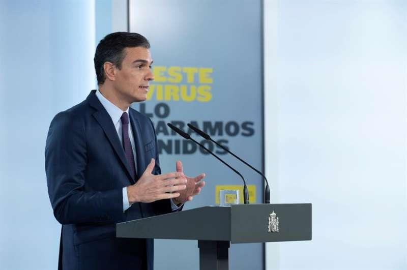 El presidente del Gobierno, Pedro Sánchez, da una rueda de prensa en el Palacio de La Moncloa, en Madrid, este viernes. EFE