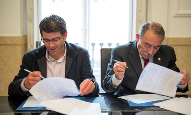 Firma del convenio con el colegio de abogados. EPDA
