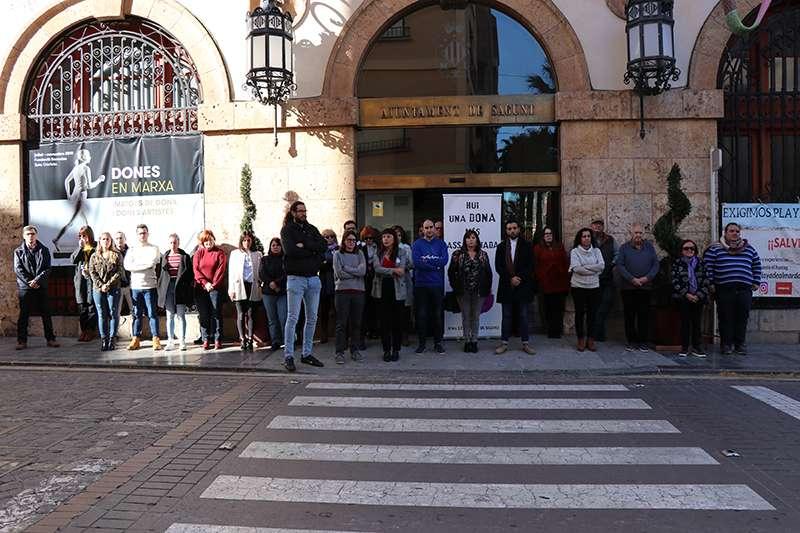 Minuto de silencio frente al Ayuntamiento de Sagunt. EPDA