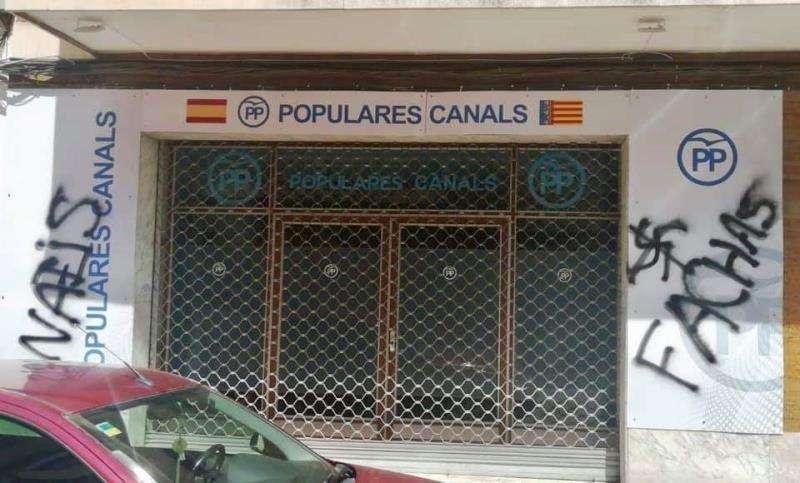 Imagen de las pintadas en la sede del PP en Canals. EFE/PP