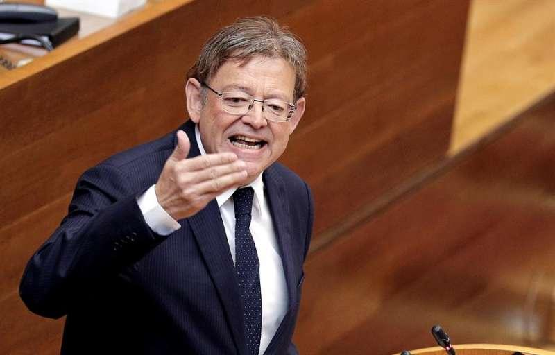 El president de la Generalitat, Ximo Puig, responde desde la tribuna de Les Corts a una pregunta de los grupos parlamentarios en la primera sesión de control parlamentario de la legislatura. EFE/Manuel Bruque