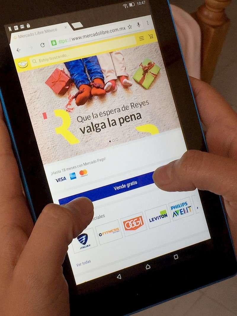 Una persona realiza una compra por internet. EFE/Archivo