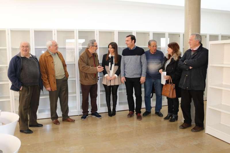 El alcalde de Peñíscola y la concejala de Cultura con representantes de la Asociación de Amigos del Papa Luna.