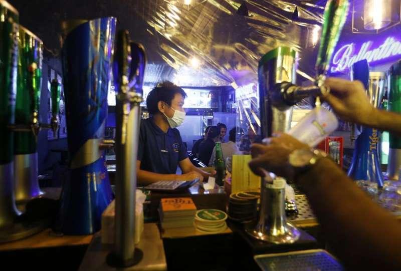Empleados de un bar, con mascarilla. EFE/Archivo