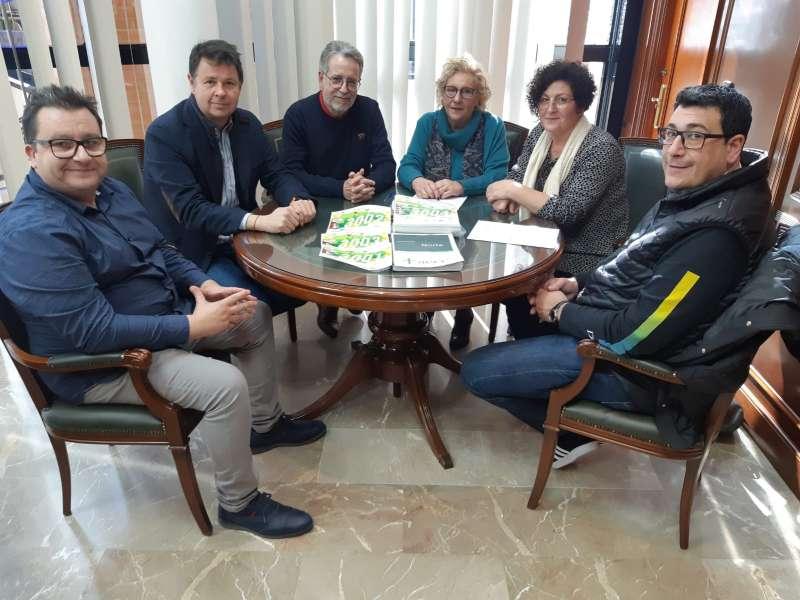 El alcalde de la ciudad junto a miembros de la AECC. EPDA