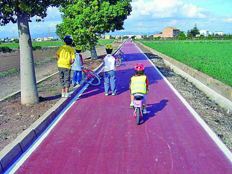 Unos niños pasean con sus bicicletas por el término municipal de Alboraya. / EPDA